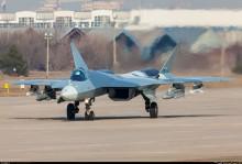 Testuje se Suchoj T-50 s podvěšenými modely raket